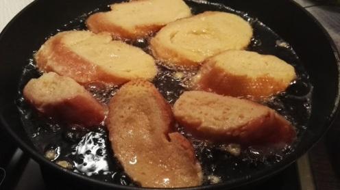 Las torrijas friéndosa en aceite de girasol unos 2 minutos, con mucho cuidado que no se quemen.