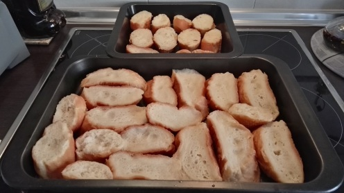 Dejar reposar el pan mojado en una bandeja unas 2 horas.
