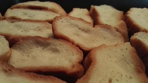 Reposar el pan mojado en una bandeja.