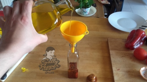 Llenar una botellita con aceite y achiote.