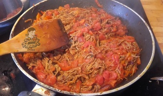 Remover y cocinar los tomates.